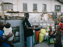 Charles Lamptey op straat in Bukom.